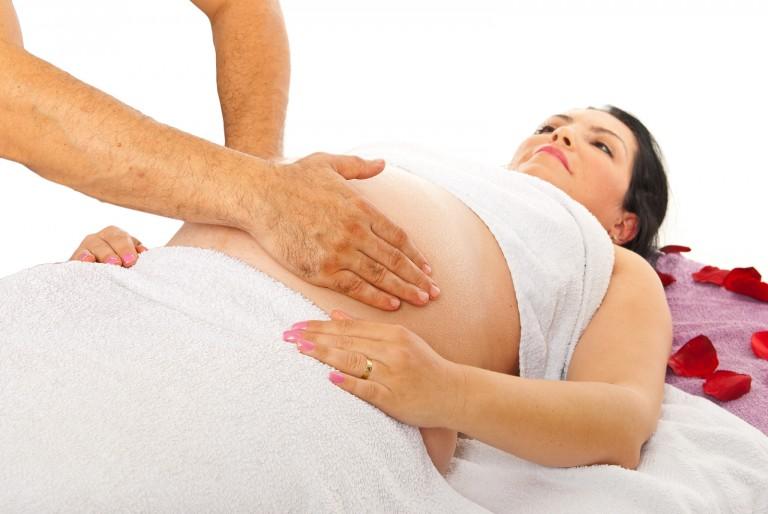 masaż kobiety w ciąży